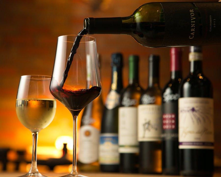 イタリア産を中心に常時100種類のワインを取り揃えています◎