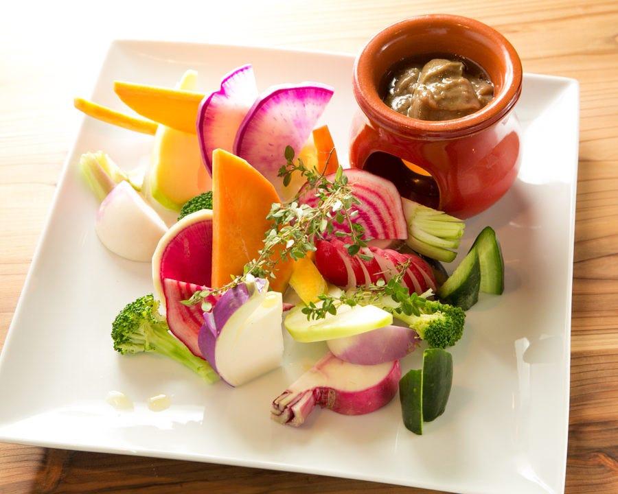 鎌倉野菜のバーニャカウダはシンプルなアンチョビソースで◎