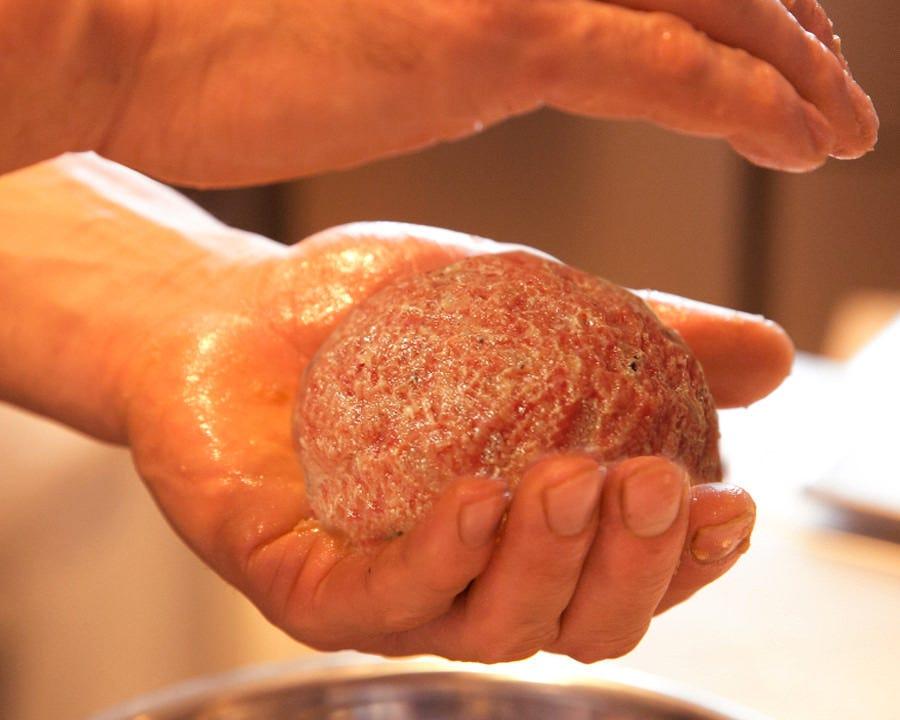 つなぎなしで肉の旨味がたっぷり!国産黒毛和牛のRansハンバーグ