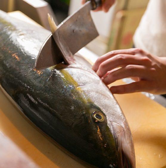 毎朝届く鮮魚。刺身だけでなく焼き、煮、揚げと仕立てます