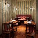 フロア奥の落ち着いた雰囲気のテーブル席(2~4名様)