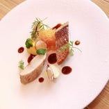 旬の鮮魚を目でも楽しめる一皿に アラカルトでも味わえます