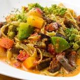 追浜製麺のフィットチーネにゴロゴロ野菜をふんだんに盛り込んだ『地野菜の畑パスタ』