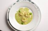 「じゃがいものラヴィオリ バジリコ風味」は、人気の高い一皿。