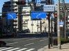 「難波橋北詰」の交差点を左折して横断歩道を渡ってください。  右手はJAビル、左手にはちょうど阪神高速の北浜出口も見えます。 左折して横断歩道を渡ってください。