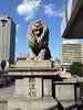 地下道を上がり、難波橋を渡ってください  地下道を上がると、目の前は堺筋。ライオン像が目印の難波橋(通称ライオン橋)を渡ってください。