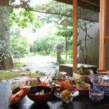 庭園を愛でながら懐石料理を味わう贅沢なひと時をお過ごし下さい