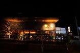 お店の外観はライトが当たって雰囲気◎駐車場もございます。