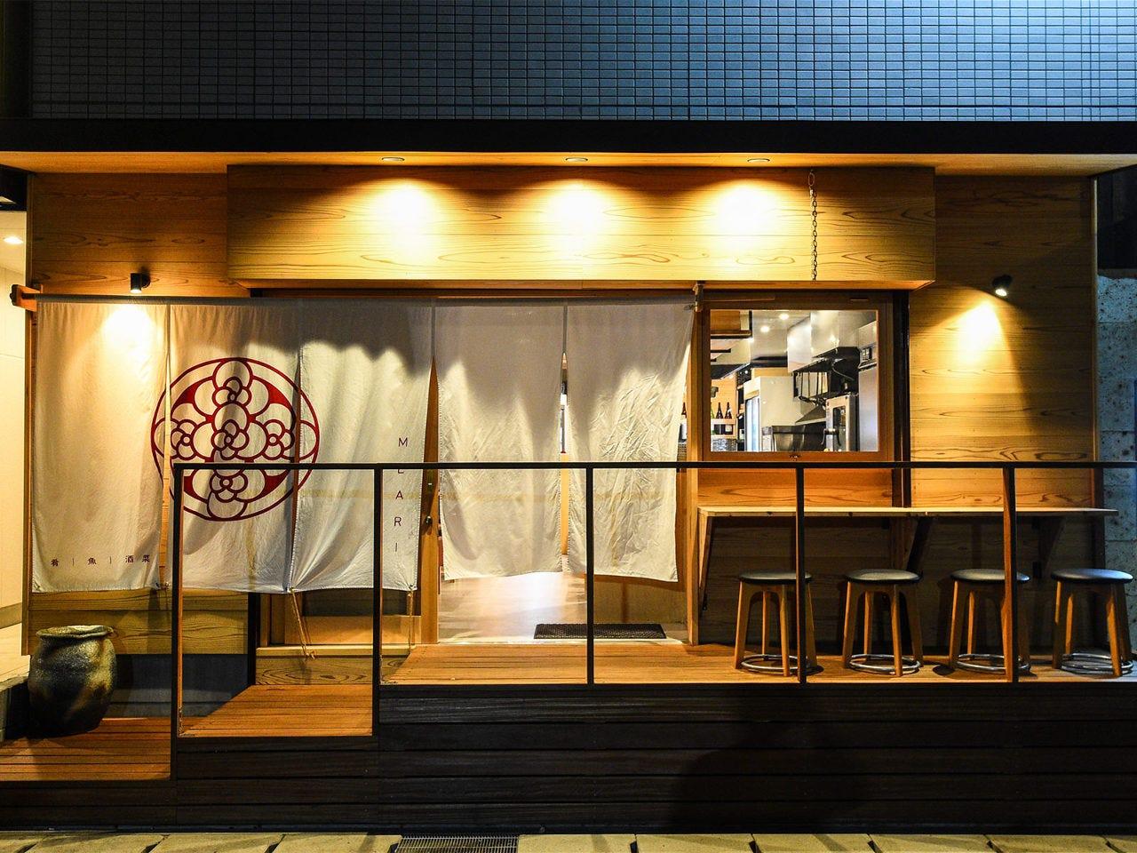 大きな暖簾とウッドデッキが目印の「食を楽しむ、大人の居酒屋」