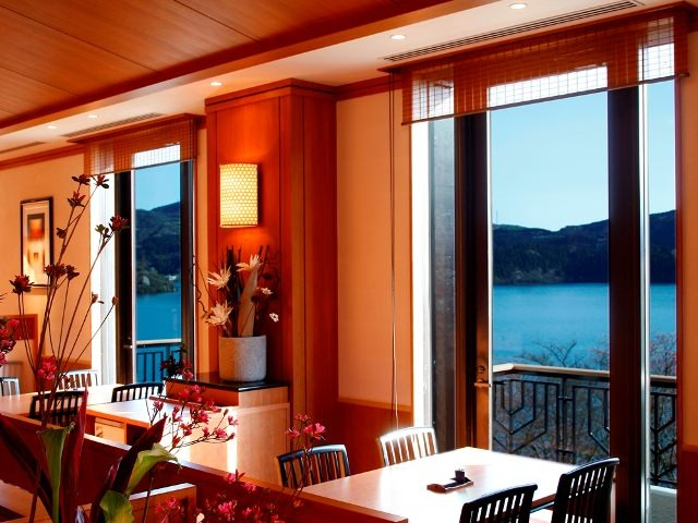 芦ノ湖を眺めることができる 人気のお席でランチタイムを