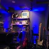 青を基調とした店内には楽器、特にギターがたくさんあります。他にも打楽器があったり電子ピアノがあったり…。理科的要素は一体どこに?