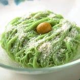 「小豆島オリーブ塩素麺」は良質な小麦に風味豊かなオリーブの果実を練り込んだ麺に、オリーブ塩をトッピングしたこの店ならではの一品