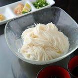 独特の風味とコシがあるのが小豆島そうめんの特徴です。各種薬味とご一緒にどうぞ。