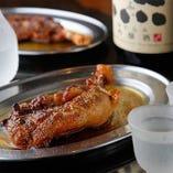 焼き鳥が日本酒と共に愛されるのと同様、骨付鳥も日本酒との相性は際立っています。キリリと澄んだ日本酒がスパイシーかつ濃厚な鳥の旨味を引き立てます。