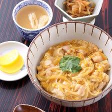 絶品!ふわとろ卵の親子丼(味噌汁、小鉢、漬物付)