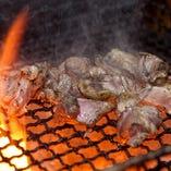 当店一番人気の「種鶏(しゅけい)炭火焼」です。