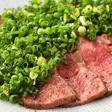 焼肉のほか、たたきなどアラカルトも豊富にご用意しております