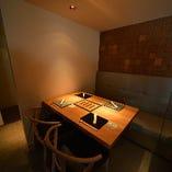 落ち着いた雰囲気のテーブル席。設定にもご利用いただけます