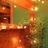 受付スペースにあるグリーンとランプは記念のフォトスポットに♪