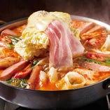 【プデチゲ】 韓国の若者の間で大人気!スパム、餃子、ソーセージ、トッポギ、豊富な野菜とラーメンでボリューム満点☆とろ~りチーズでまろやかに♪