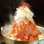 【名物】まだんの肉鍋 感激の美味しさ!ベースの牛骨スープに醤油・ニンニク・韓国唐辛子で仕上げたピリ辛スープの名物鍋