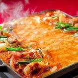 旨辛の大旋風吹き荒れる!韓国チーズグルメの新定番「チーズタッカルビ」♪