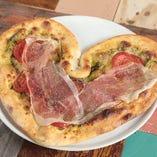 【自家製ピッツァ】 形にインパクトの有る自慢のピッツァをお楽しみ下さい