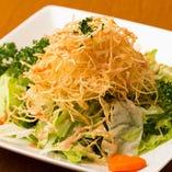 「しゃきしゃきフライドポテトの鳥の巣サラダ」細ーくカットしたポテトを揚げてトッピングした人気のサラダです。食感をお楽しみください。