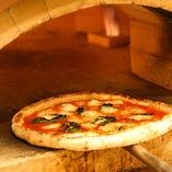 本場イタリアのピッツェリアさながらの大きな窯で、ピッツァを焼き上げます