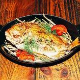 香りも楽しむ一品。丸一匹レンコ鯛の藁焼きアロマロースト