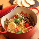 魚介類を香味野菜で煮込む、地中海沿岸地域の代表的な海鮮寄せ鍋料理「ブイヤベース」
