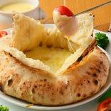 フォンデュピッツァのたっぷりチーズに、野菜をくぐらせて