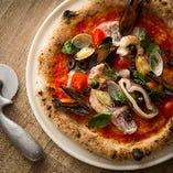 外側のパリッと香ばしい歯ざわりから、中のもちっとした食感への変化が感じられる窯焼きピッツァ