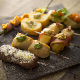 窯焼きを気軽にご注文いただける窯串焼き。チキンや鯛、グリーンアスパラ、アンガス牛など7種をご用意しております