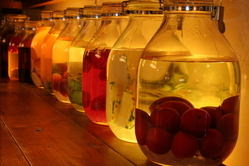 自家製果実酒、20数種。見るだけでも楽しい。