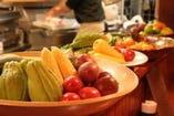 地元の食材が並ぶカウンター席。 裏メニューも楽しめます。