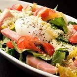 松阪豚のベーコンと小松菜と三重県産温泉卵のシーザーサラダ