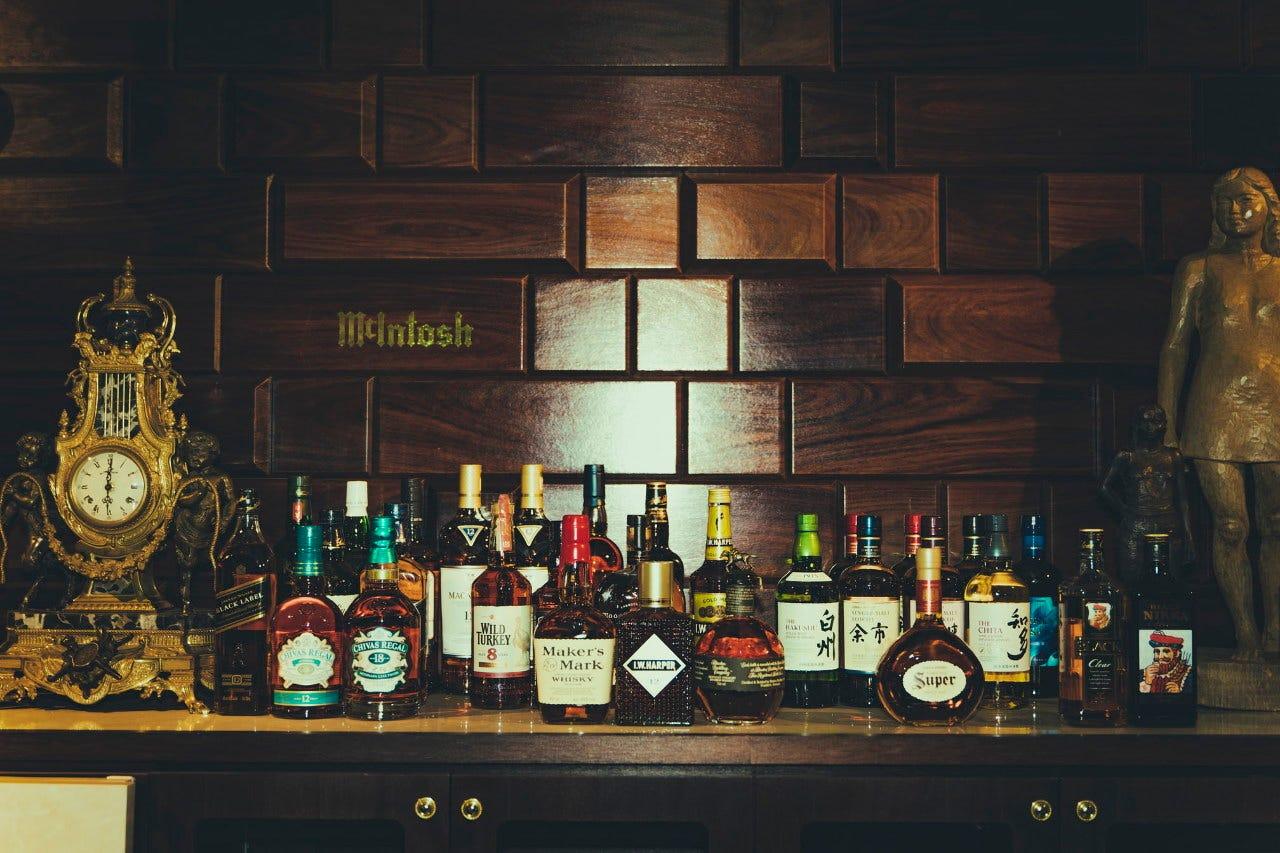 瓶ビールや種類豊富なウイスキーに焼酎