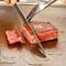 肉厚の和牛サーロインを職人技で断面ロゼ色に焼き上げます