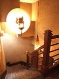 「らくだ」の階段から、「個室・貸切フロア」にご案内もしております