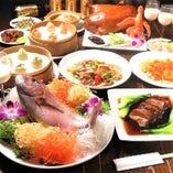 (飲み放題付き6000円→【極上】コース) 中華料理では珍しい「鮮魚の姿盛り」に加えて 「フカヒレ」など… 贅沢食材を「極み」として味わえる。 もちろん「名物 小籠包」など…当店のイチオシコース