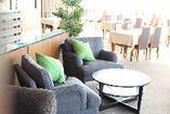ティータイムはアフタヌーンティーセットで優雅におくつろぎできるソファー席♪