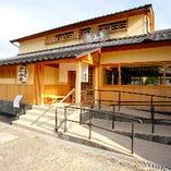 嵐山亭は阪急・嵐電嵐山駅に程近い嵐山中之島公園内にございます