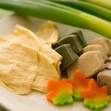 錦市場直送の鱧、生湯葉・生麩・九条ねぎなど、京素材を使用