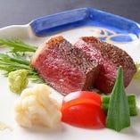 程よくサシの入った飛騨牛は絶品。炭火焼でお召し上がり下さい。