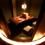 少人数も可能な完全個室。 店内照明がいつもと違う時間を演出。