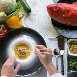 厳選された食材を丁寧に調理。会話に華を咲かせる逸品を