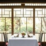 古き良きデザインとモダンが調和するテーブル席