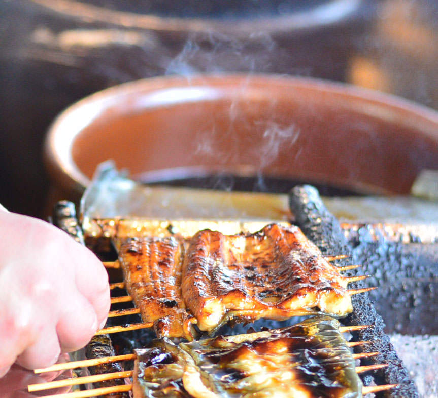 産地厳選肉厚の活鰻を熟練職人による手作業で丁寧にお作りします