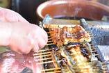 捌き、串打、素焼、深蒸、たれを付け香ばしく焼き上ます。